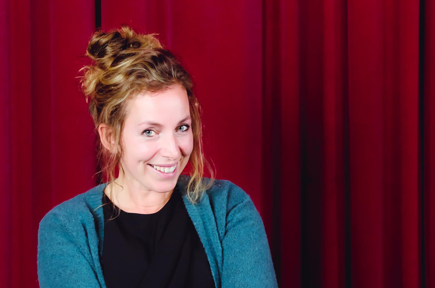 Portret van Evelien Martens, coördinator van de Let's Talk evenementen de bachelor opleiding communicatiemanagement aan Howest, hogeschool West-Vlaanderen campus Kortrijk