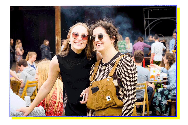 jana en chryssoula, studenten communicatiemanagement aan howest op de jaarlijkse barbecue