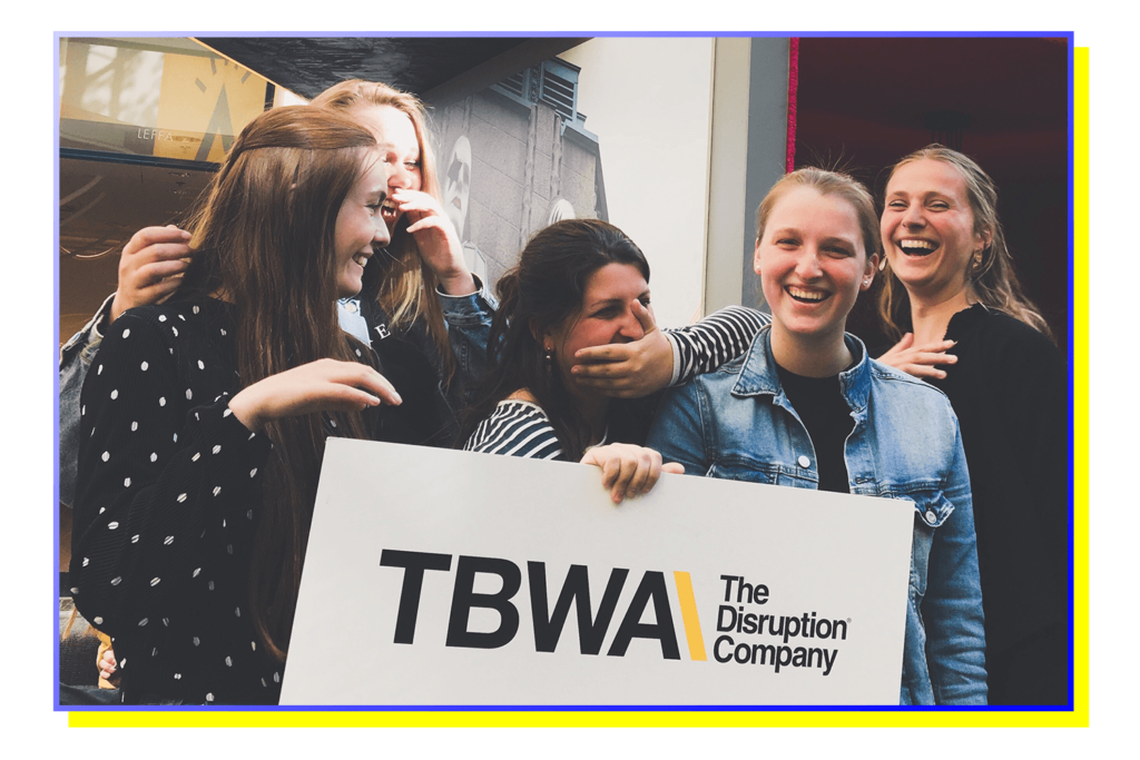 groepsfoto van Track C studenten die het verkort traject communicatiemanagement volgden aan howest, hogeschool west-vlaanderen in kortrijk. Deze groepsfoto is genomen bij TBWA in Helsinki, Finland