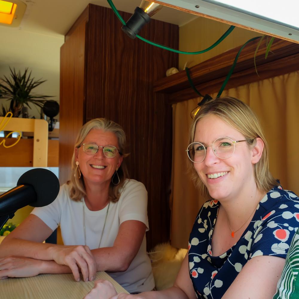 Charlotte Dejaegere & Heidi Seys van Peggy-O & GBL Studio in de Let's Talk Human mobiele podcast studio georganiseerd door Howest Communicatiemanagement