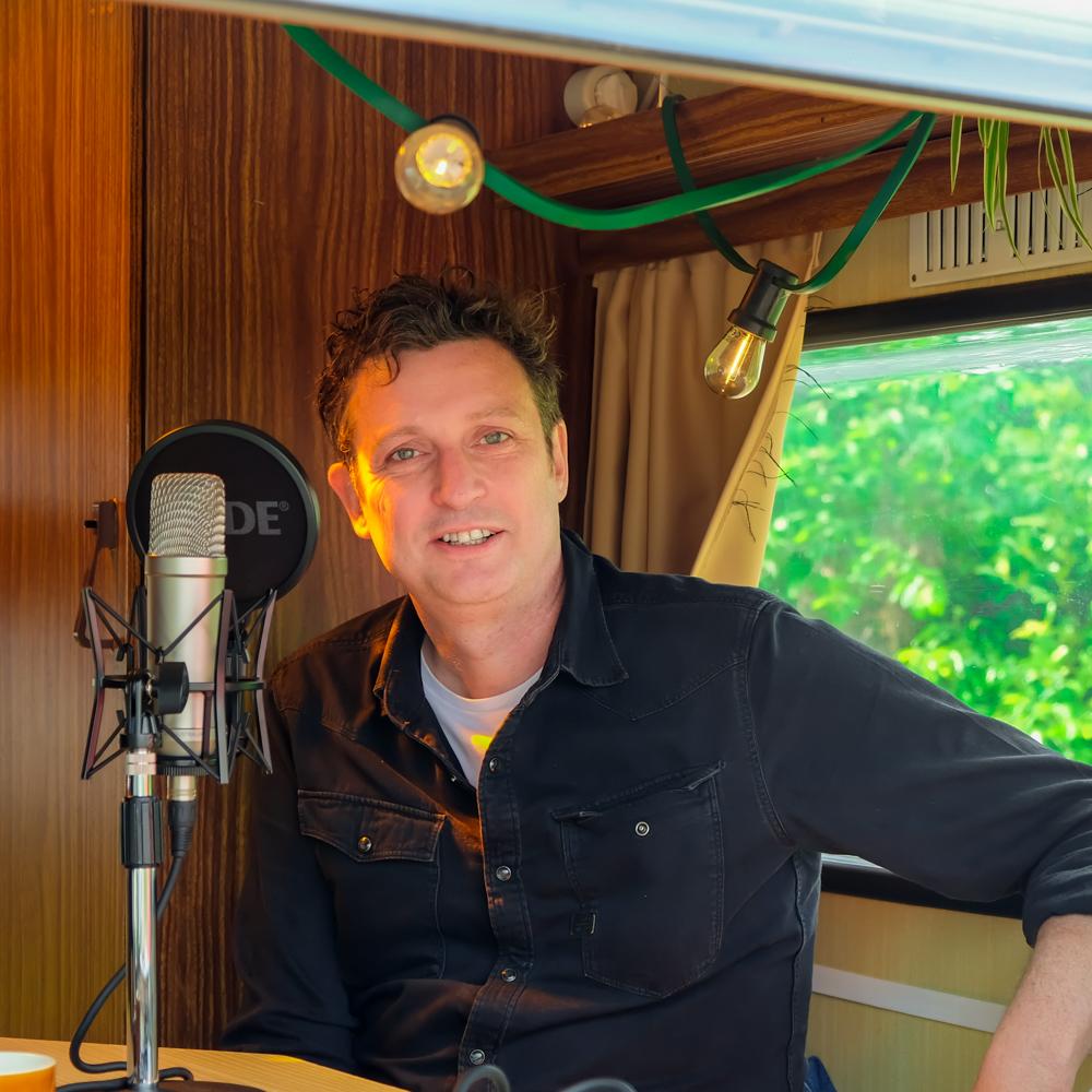 Kristof Carrein van Hannibal Advertising in de Let's Talk Human mobiele podcast studio georganiseerd door Howest Communicatiemanagement