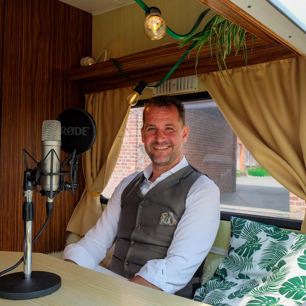 Nic Vermaut van Well Communication in de Let's Talk Human mobiele podcast studio georganiseerd door Howest Communicatiemanagement