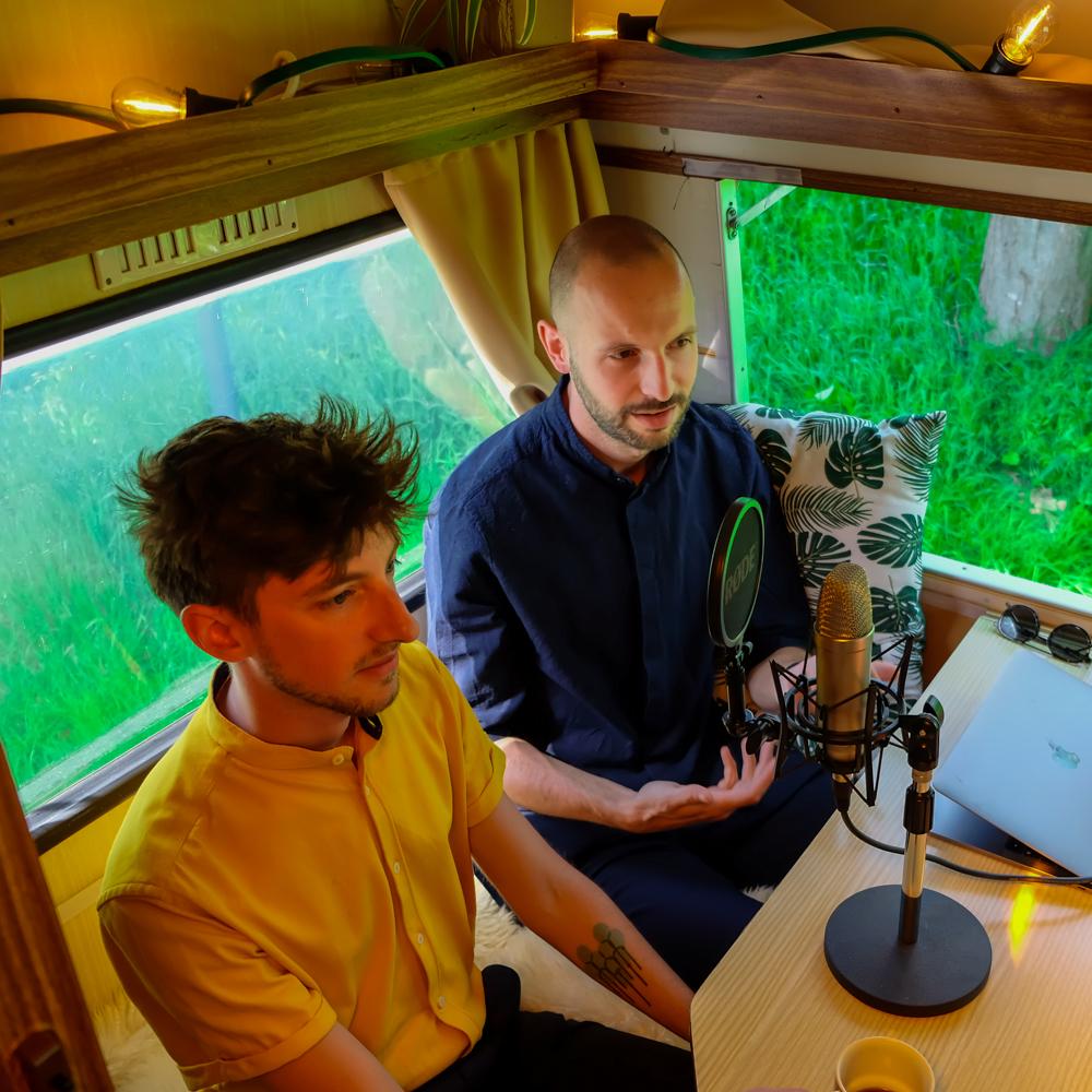 Stijn D'Hondt & Peter Van de Sijpe a.k.a Heren Loebas in de Let's Talk Human mobiele podcast studio georganiseerd door Howest Communicatiemanagement