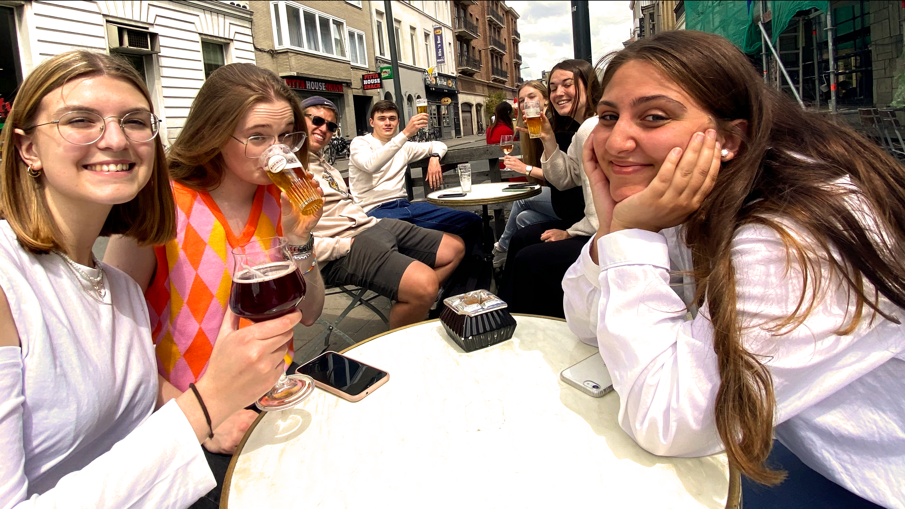 eerstejaars studenten communicatiemanagement aan howest in 't straatje in de studentenstad Kortrijk
